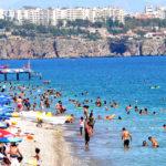 السياح يتدفقون على منتجعات مدينة أنطاليا